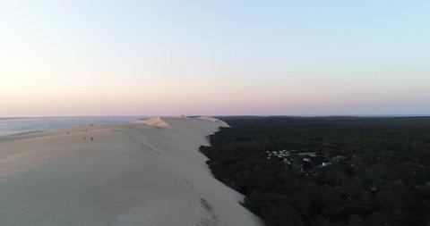 Vue tournante sur la gauche en direction de l'océan et au dessus La dune du Pilat, située en bordure du massif forestier des Landes de Gascogne sur la côte d'Argent