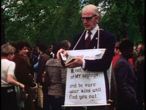 LONDON, ENGLAND, 1976, Speakers Corner, Hyde Park, back of man, Repent board