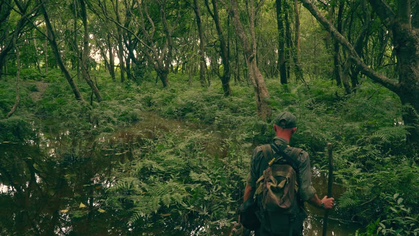 wild life in Népal - walking in the jungle with trackers