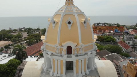 Cartagena is one of the most popular and touristic cities in south America, full with history, beautiful colonial buildings, and tropical beaches is one of the cities you cannot miss!!