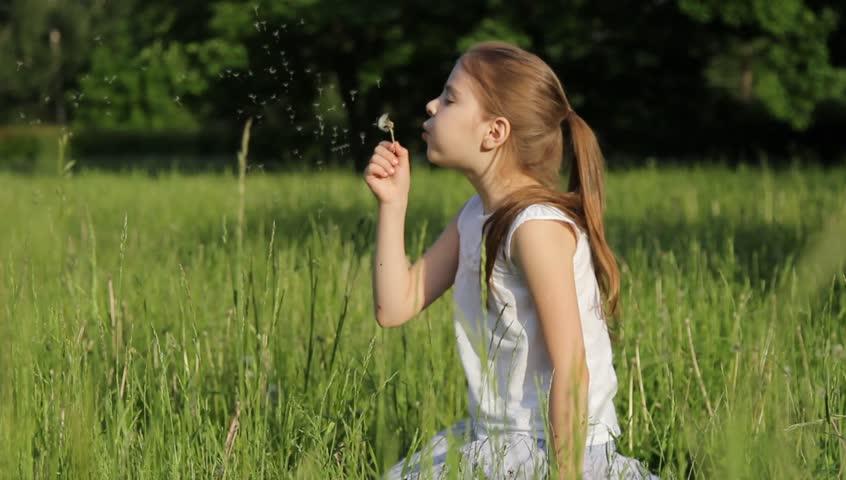 Očarljivo deklico, ki piha seme drevesa, posnetki Video posnetki 10224371-2634