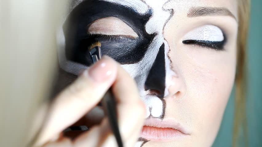 Makeup Artist Paints Makeup For Halloween / Makeup Artist Paints A ...