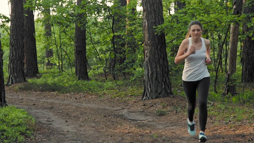 Трахнута в попу во время утренней пробежки в лесу