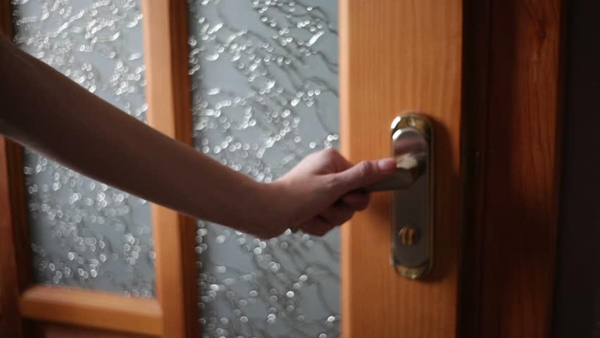 Ilustrasi memegang pegangan pintu.