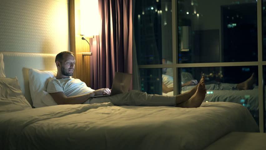 Znalezione obrazy dla zapytania laptop bedroom