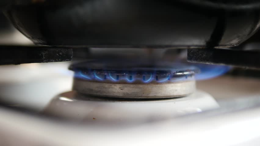 Gas cooker with blue flames