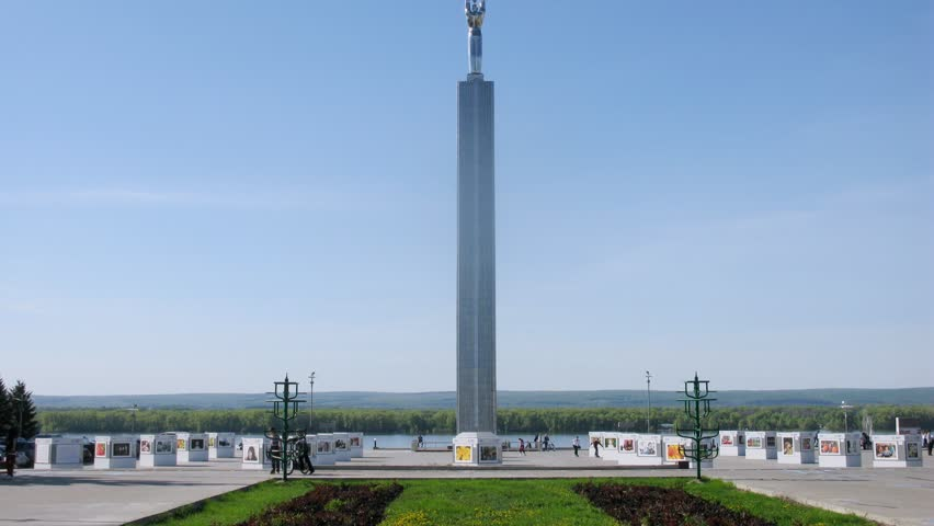 Monument of glory stands on square of Glories in sunny day in Samara, time lapse