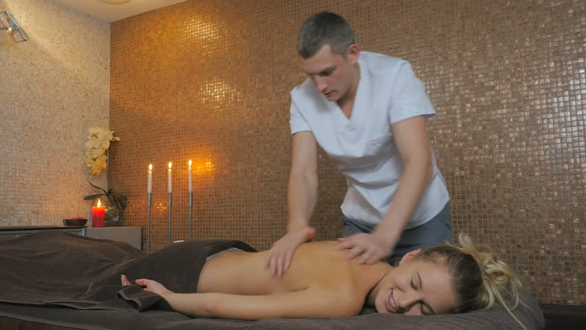 Парень делает массаж русской девушке