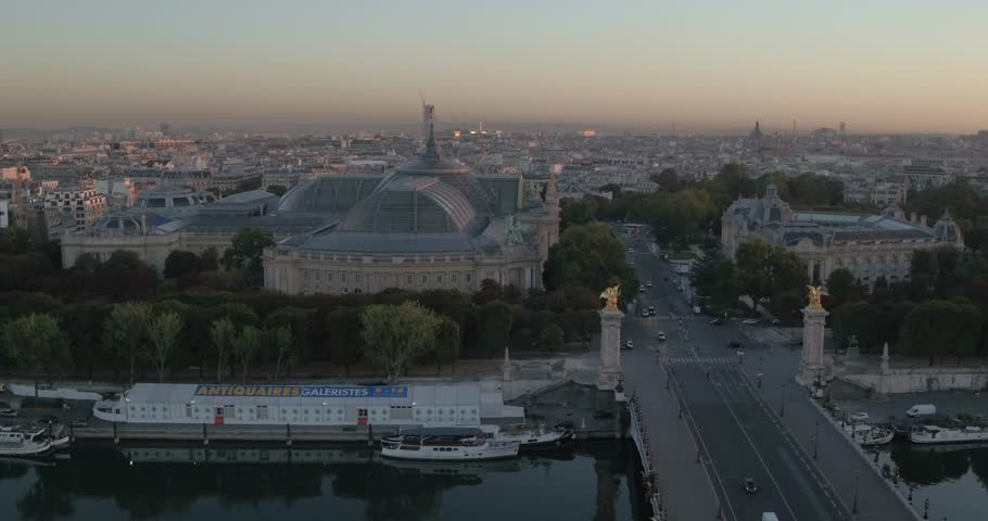 Aerial view of Alexandre III bridge, the Seine and the Grand Palais at sunrise, 4K Vue aérienne du Pont Alexandre III, de la Seine et du Grand Palais au petit matin, 4K