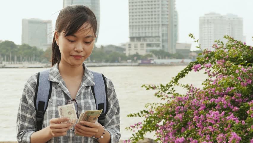The Vietnamese girl recounts the Vietnamese dong.