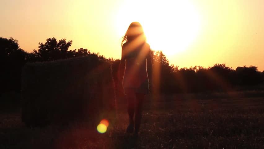 фото девушек в лучах заходящего солнца стоянки