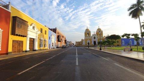 Calle colorida en plaza de Armas de Trujillo, Perú