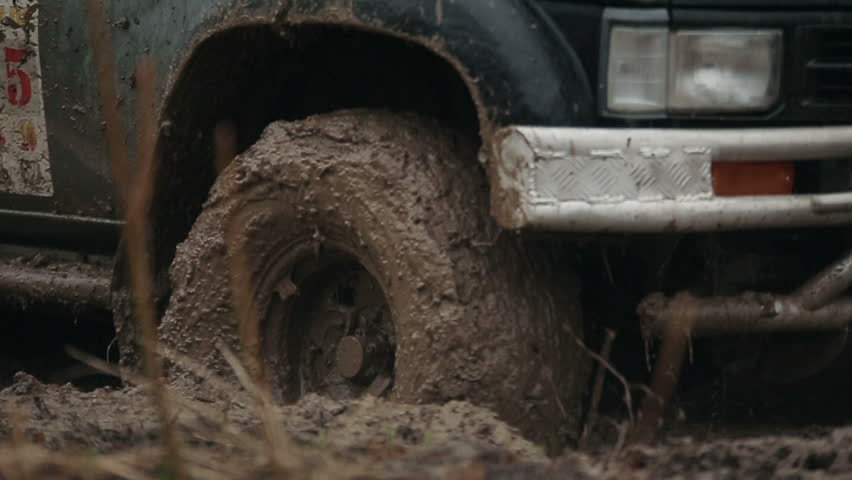Jeep rides through the mud in the woods