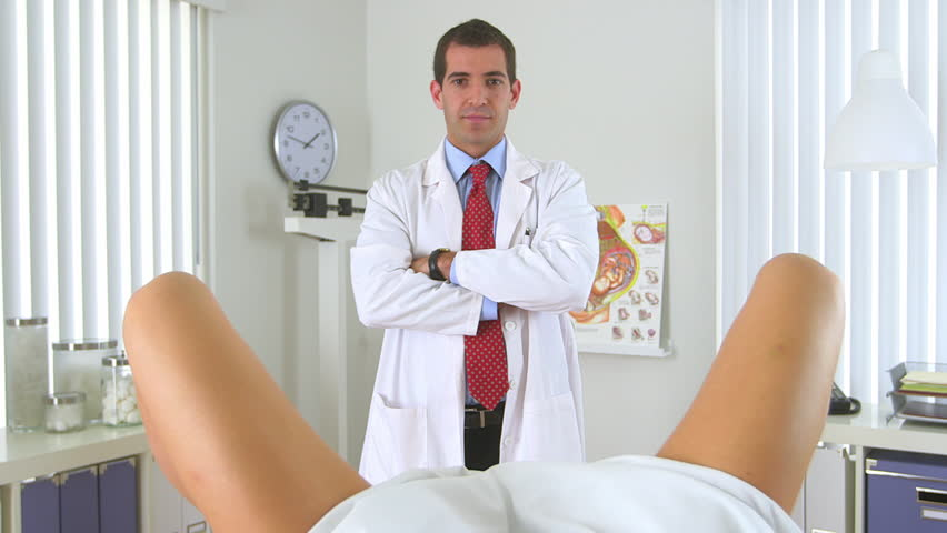 Male Gynecologist Standing In Front Of Woman Стоковые -1919