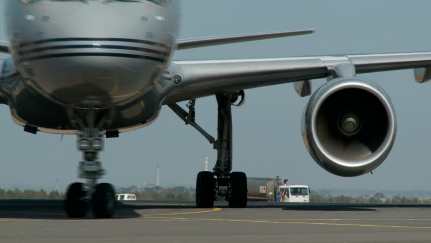 A turning Boeing 757 with view of engine nacelle mounted on the wing