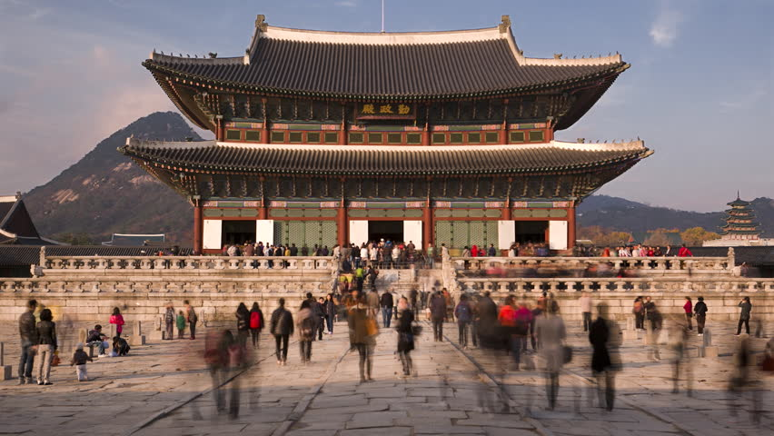 Timelapse of tourists swarming through Gyeongbokgung Palace as it closes for the day / Seoul, South Korea