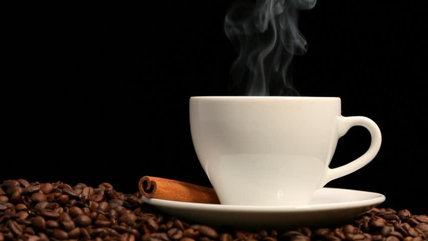Чашка кофе на черном фоне